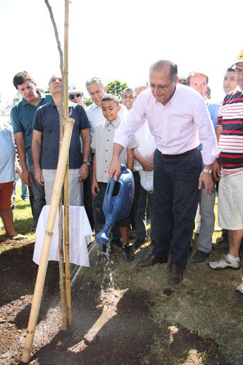 BARRAGEM DA PENHA – Alckmin entrega mais uma barcaça para limpar Tietê