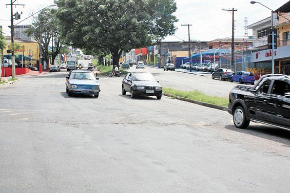 AVENIDA ITAQUERA – Asfalto está remendado e com buracos