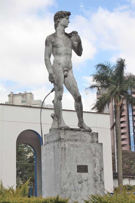 Estátua de Davi espera por nova limpeza