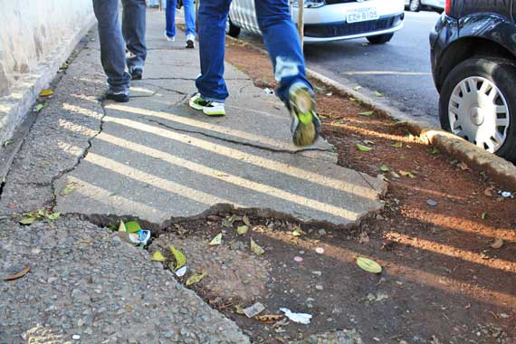 Pedestres fazem salto em distância