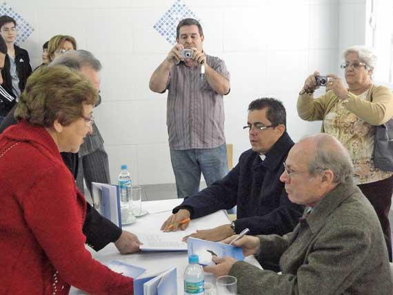 """""""Coluna do Poeta"""": padre e escritor comemoram sucesso do livro"""