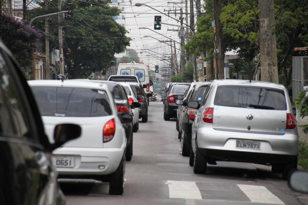 Transito na rua Monte Serrat
