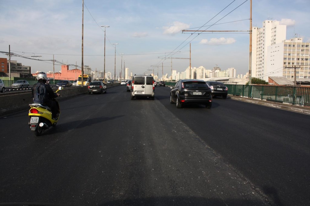 Radial Leste asfalto novo relogios e placas indicando estadio Itaquera