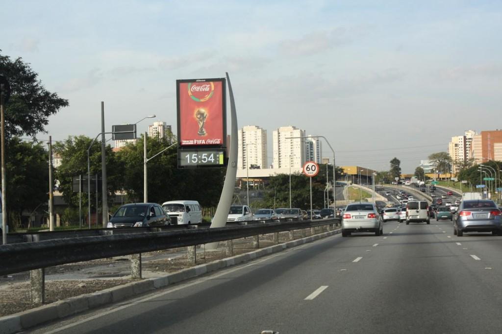 Radial asfalto relogios novos e placas indicando estadio Itaquera - Carol