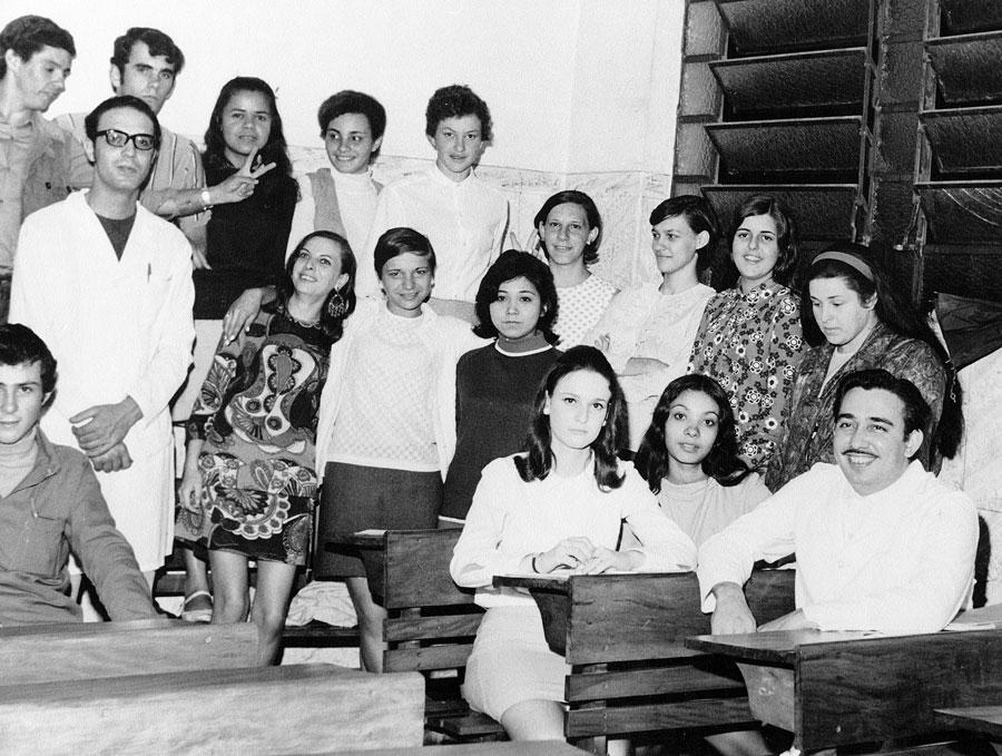 """Os professores do """"Jasy"""", Carlos Alberto Cerboncine (em pé, de avental) e Antonio Romano (sentado, à direita), com seus alunos, em 1970"""