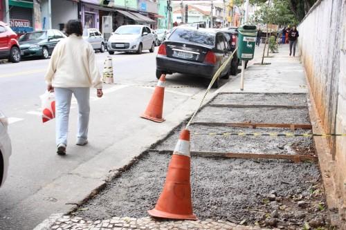 Em alguns momentos, os pedestres se arriscavam ao caminhar pela Rua Monte Serrat