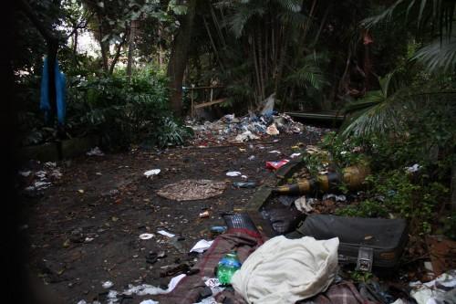 """Sem definição da Prefeitura, terreno acumula lixo e barracas de """"invasores"""""""