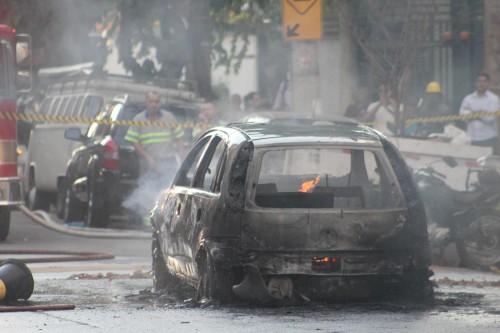 Com a corrente elétrica de 7.000 volts, o veículo pegou fogo