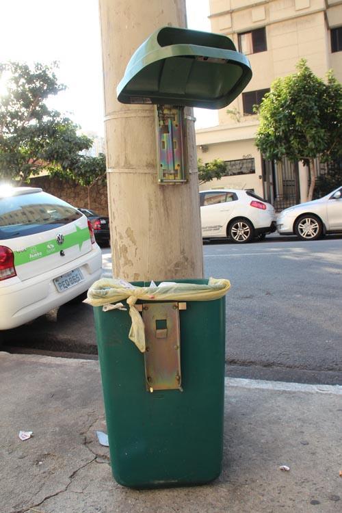 Lixeira-papeleira rua Tijuco Preto altura 860 - Carol