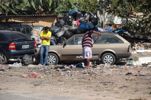 Alguns fazem do local um estacionamento para seus veículos, que variam entre automóveis e carroças
