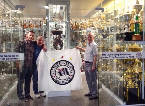 Thiago e Paulo Pires junto de Alcides, secretário e também diretor do clube