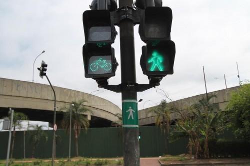 CICLOVIA RADIAL LESTE: Ganha semáforo, mas tem buraco