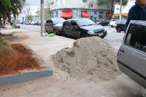 Monte de areia compromete a acessibilidade da praça