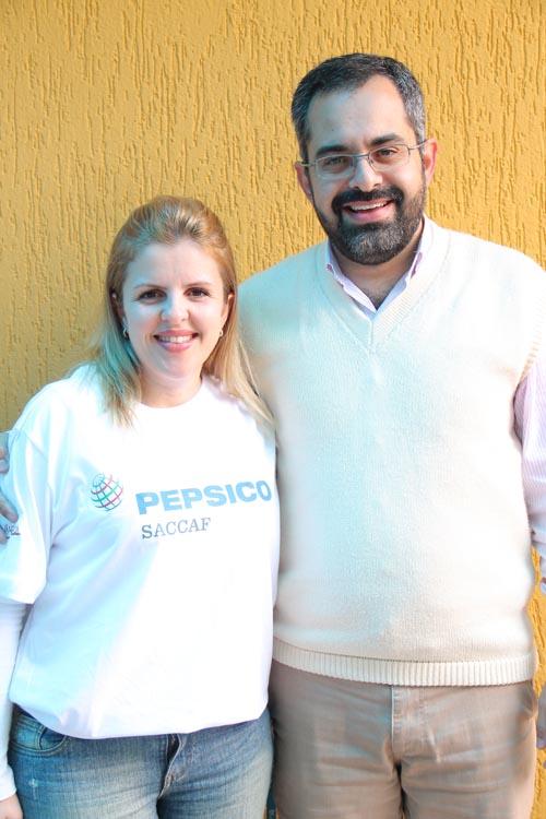A gerente de cidadania corporativa da PepsiCo do Brasil, Cristiane Lopes e padre Renato, responsável pela gestão do abrigo desde 2010