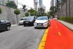TATUAPÉ – Motoristas têm de passar entre ciclofaixa e carros parados