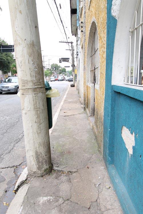 RUA DOS TRILHOS – Poste compromete acessibilidade