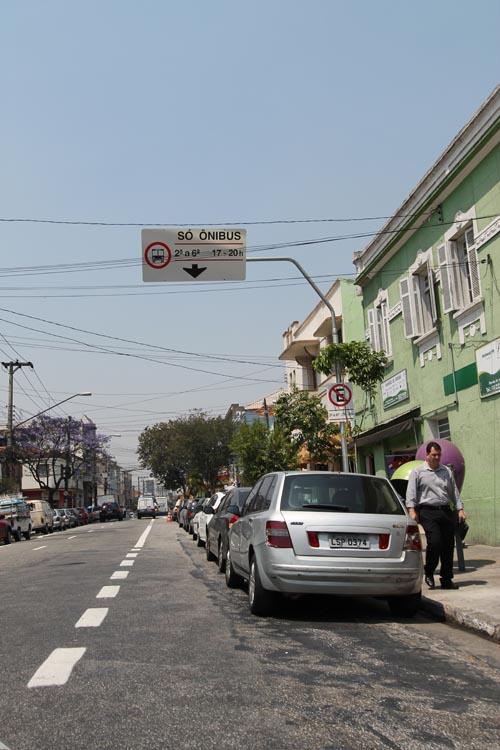 Moradores questionam eficiência da faixa exclusiva de ônibus na Rua Tuiuti