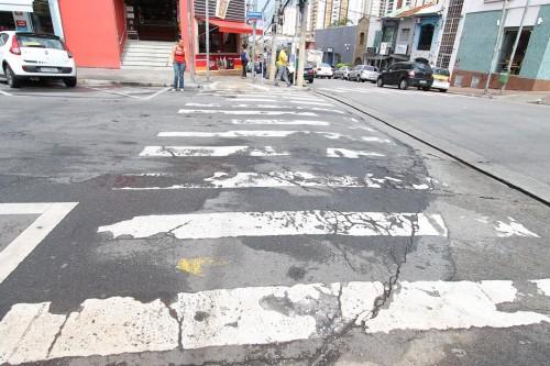 Faixa com muitas imperfeições na Praça Silvio Romero, próximo à Rua Coelho Lisboa