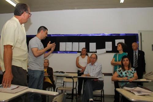 Núria Pardillos, em pé, à direita, ouve dos presentes o pedido de alteração no Zoneamento