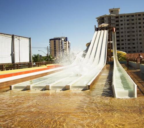 O toboágua está adaptado às águas termais