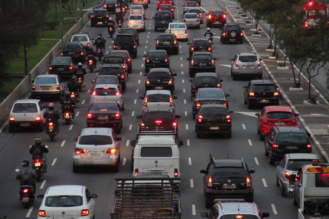 RECUOS NA RADIAL – Placa é desrespeitada e carros ficam 'presos'