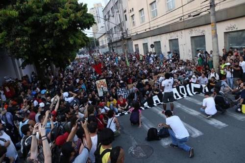 Cerca de 800 pessoas reuniram-se na Praça Silvio Romero antes de definirem o trajeto