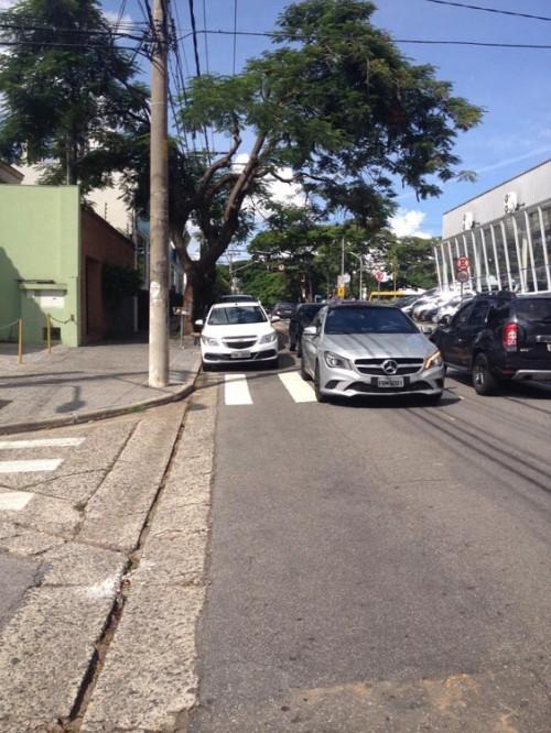 Carros estacionados irregularmente causam mais problemas ao trânsito