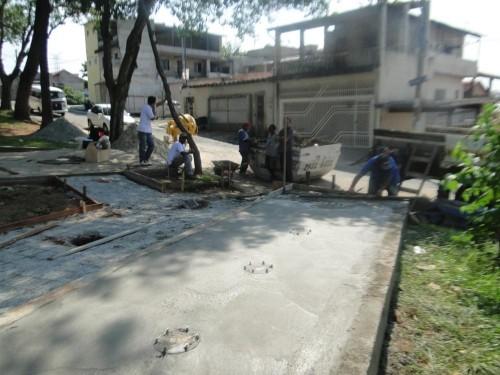 Operários trabalham na reforma da Praça Severina Cabral Carneiro
