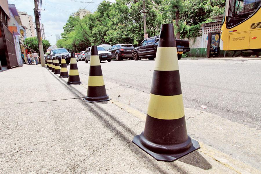 Os cones são utilizados em várias situações: desde para guardar vagas como para evitar a parada indesejada em guias rebaixadas, por exemplo