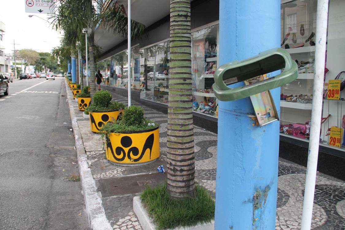 Lixeiras: vandalismo não tem fim