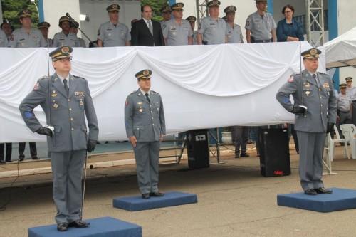 No palco, de paletó, o juiz Kasseb e demais comandantes PMs; abaixo, os Cels PMs Zychan, Felix e Augusto Junior
