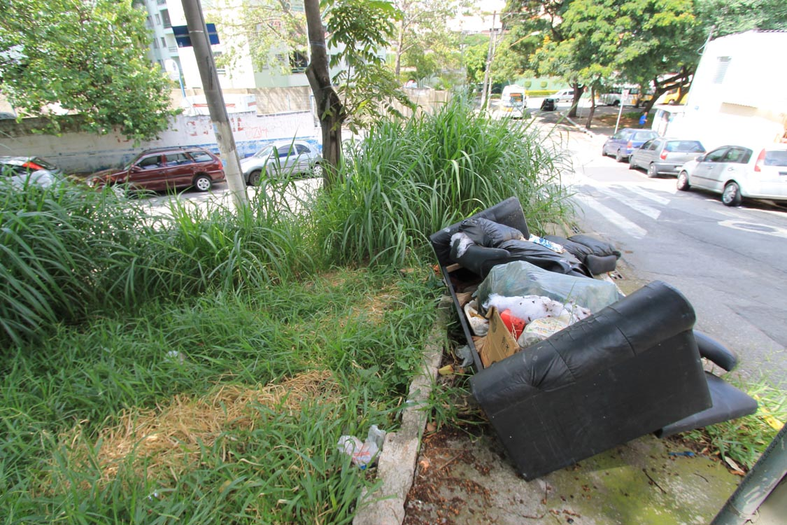 VILA GRANADA – Praça está abandonada