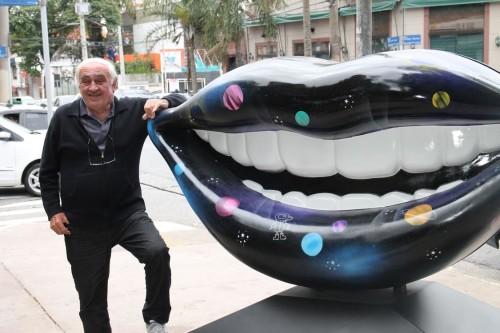 O morador João Merli fez questão de posar ao lado da obra no Largo do Bom Parto