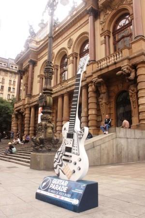Com 2,5 metros de altura, as guitarras estão espalhadas por dez pontos diferentes da cidade