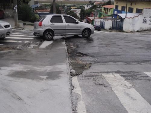 Na Rua Benedito Coelho Neto o asfalto está incompleto e não há canaletas