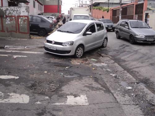 OBRAS EM ITAQUERA – Sarjetões dificultam motoristas