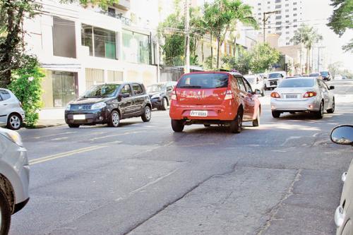 Lombada sem a sinalização adequada na Rua Eleonora Cintra