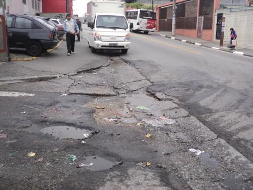 No sarjetão da R. São Félix do Piauí, esquina com a R. São Teodoro, o buraco é enorme