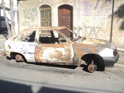 A carcaça do veículo modelo Kadett foi abandonada na Rua Terebé, na altura do nº 3