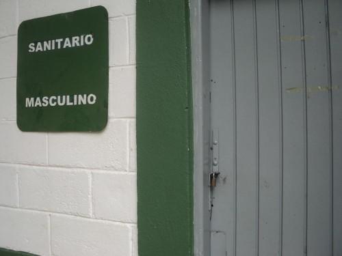 Banheiros das quadras estão fechados com cadeados. Usuários devem ir à entrada do parque