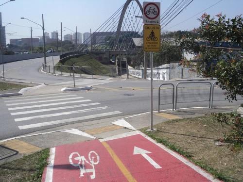 Antes do Complexo Viário Padre Adelino ciclista tem de descer da bike e seguir a pé