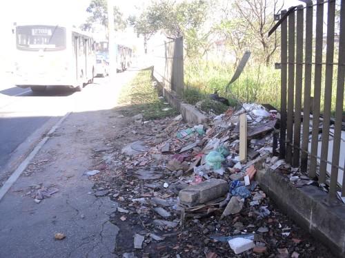 Entorno ainda tem problemas com terreno cheio de lixo e entulho, além da venda de drogas