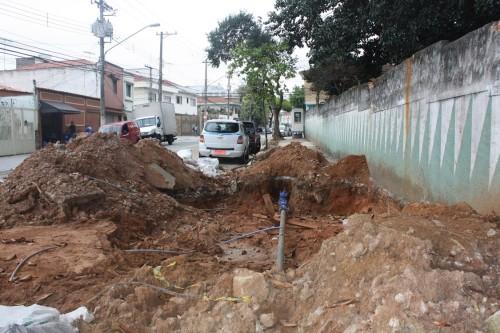 Cratera aberta por conta de um rompimento de cano da Sabesp na Rua Honório Maia