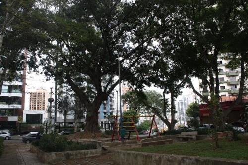 A Praça Ituzaingó, no Tatuapé, guarda um certo ar bucólico