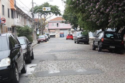 Na Rua Francisco Machado de Campos nem a faixa de pedestres escapou
