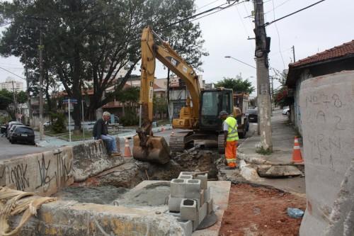 Homens estão trabalhando na esquina entre as ruas Dentista Barreto e Eliana Zanetti