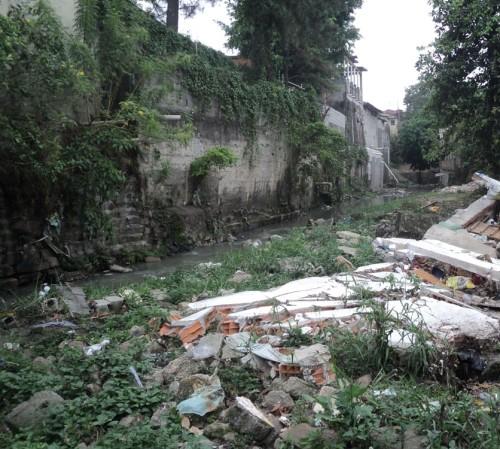 Córrego Maranhão está abandonado