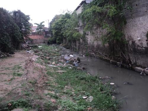 Córrego está há anos sem receber a ação de desassoreamento e o lixo só aumenta