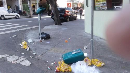 Lixeiras estão sendo reviradas e quebradas na Rua Tuiuti com Rua Soriano de Souza
