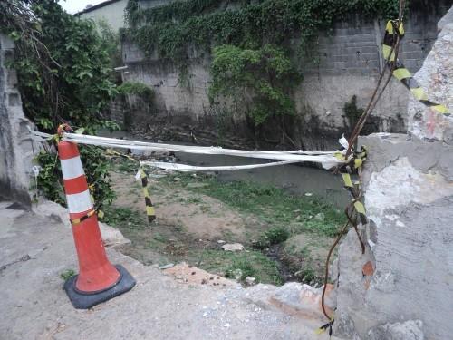 Engenheiros da Subprefeitura Mooca quebraram muro no final da rua e não fizeram serviço